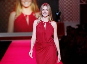 Heidi Klum in roter Robe auf dem Laufsteg