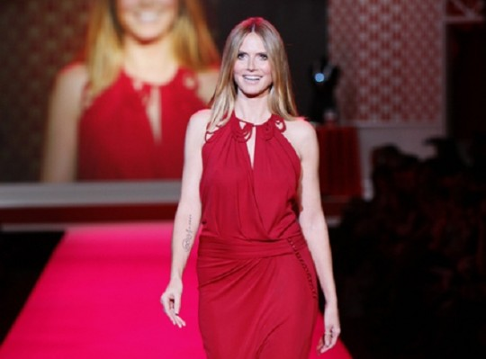 Heidi Klum in roter Robe auf dem Laufsteg